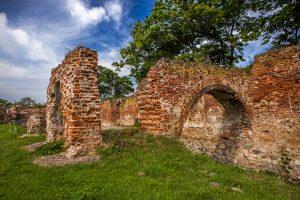 mury obronne, zamek krzyżacki na Kaszubach, mury ceglane, baszta